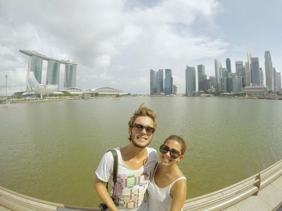 Raphael Rotta e Manoela Pontual em Cingapura. O casal divide a rotina entre trabalho e turismo (Foto: Acervo Pessoal)