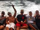 Neymar passeia com os amigos: 'A caminho do paraíso'