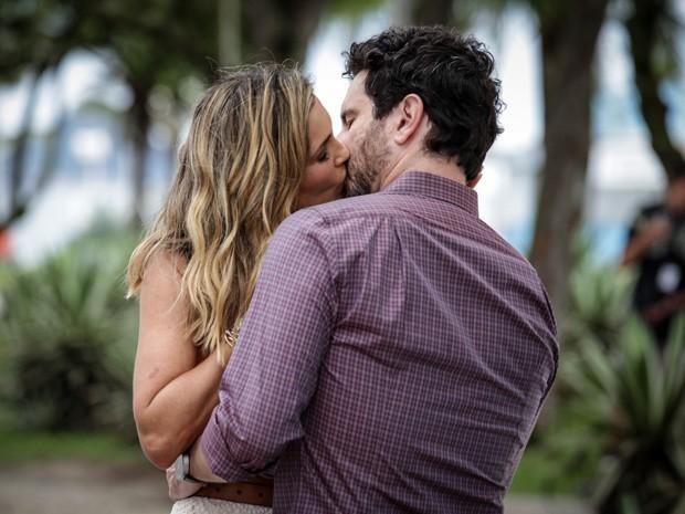 Érica se envolve com Celso. Será que vai dar certo? (Foto: Salve Jorge/TV Globo)
