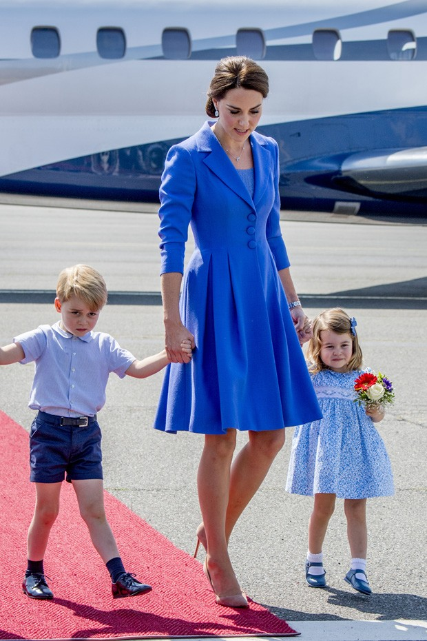 BERLIN, GERMANY - JULY 19:  Catherine, Duchess of Cambridge with Prince George of Cambridge and Princess Charlotte of Cambridge as they arrive at Berlin Tegel Airport during an official visit to Poland and Germany on July 19, 2017 in Berlin, Germany.  (Ph (Foto: Getty Images)