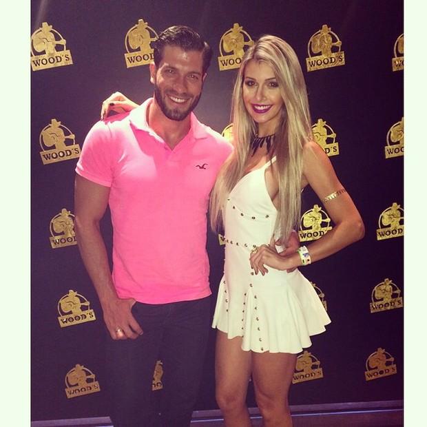 Ex-BBBs Tatiele Polyana e Roni mazon em show em Balneário Camboriú, em Santa Catarina (Foto: Instagram/ Reprodução)