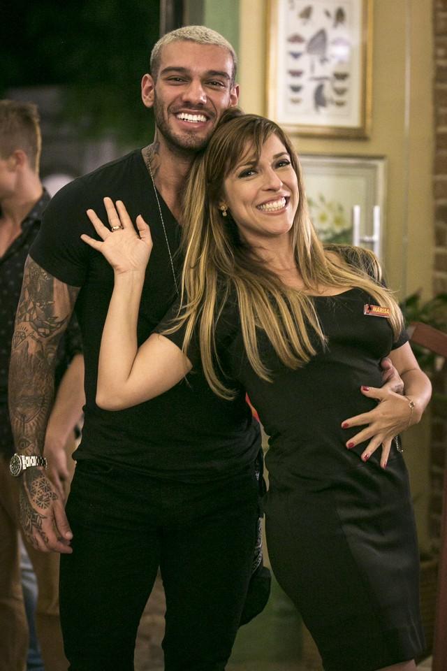 O ator se divertiu com Júlia Rabello no intervalo das gravações de 'Rock Story' (Foto: Isabella Pinheiro/Gshow)