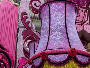 O abajur lilás decora a alegoria do cabaré no enredo sobre malandro (Foto: Alba Valéria Mendonça/ G1)