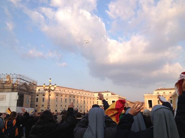 Fiéis acenam para o helicóptero com o Papa Bento XVI, em sua saída do Vaticano, nesta quinta-feira (28) (Foto: AFP)
