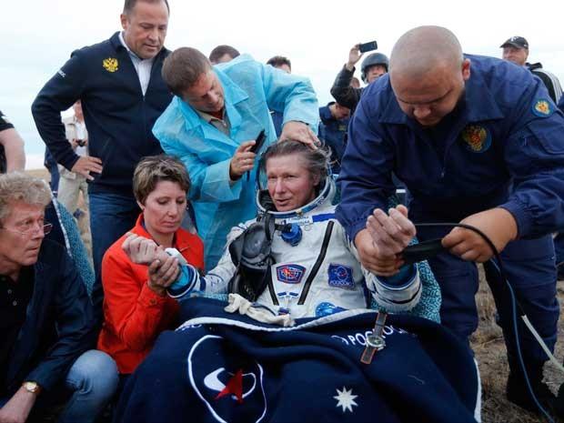 Cosmonauta russo Gennady Padalka descansa a Soyuz TMA-16M pousar no Cazaquistão (Foto: Yuri Kochetkov / Pool / via AP Photo)