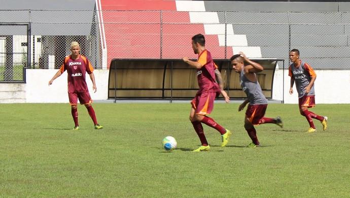 Alex Willian protege a bola e é cercado de perto por Aragão em treino do CRB (Foto: Caio Lorena / GloboEsporte.com)