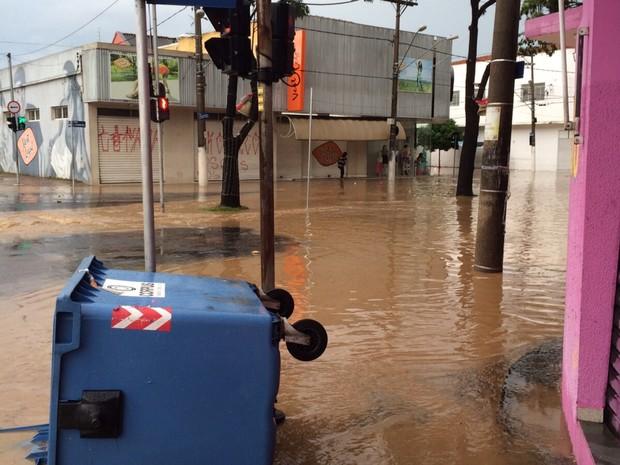 Avenida Sete de Setembro teve pontos de alagamento (Foto: Murilo Borges/ G1)