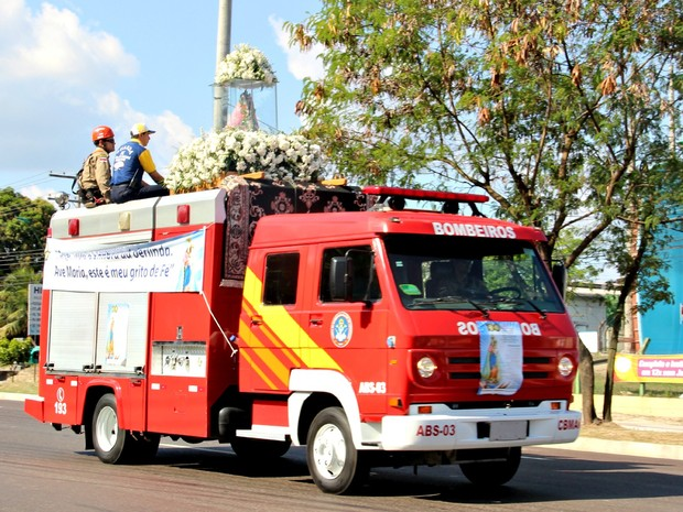 Imagem de Nossa Senhora de Nazaré chegou a Manaus nesta sexta (Foto: Jamile Alves/G1 AM)