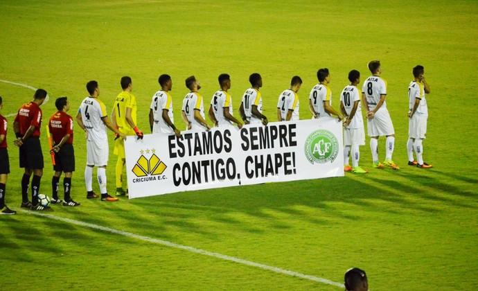 Criciúma Chapecoense faixa (Foto: Danilo Sardinha/GloboEsporte.com)