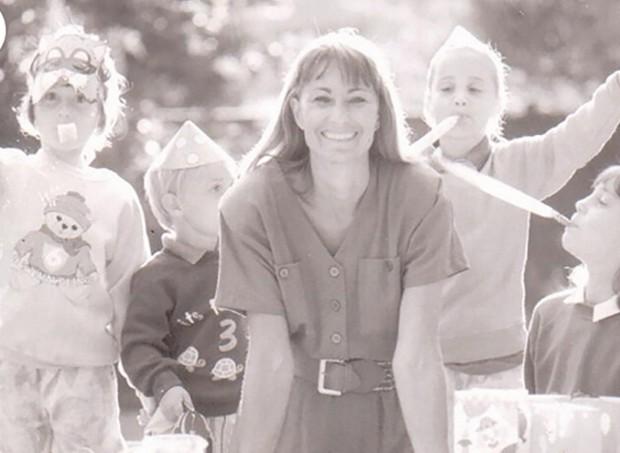 Carole Middleton, mãe da duquesa Kate, em uma foto de 1989  (Foto: reprodução/PartyPieces)