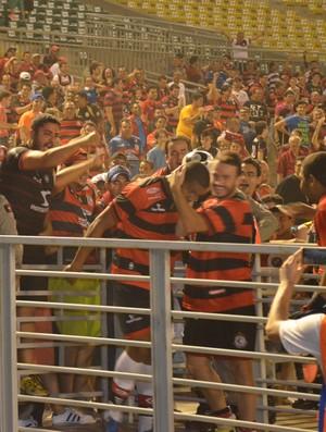 Em sua estreia pelo Campinense Rodrigão marca dois gols e comemora gol com a torcida (Foto: Larissa Keren / GloboEsporte.com/pb)