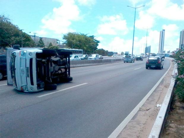 Caminhão tombou no trecho urbano da BR-101, em Natal (Foto: Rafael Barbosa/G1)