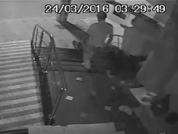 Suspeitos de atearem fogo em homem são presos em Vacaria, no RS (Foto: Reprodução/RBS TV)