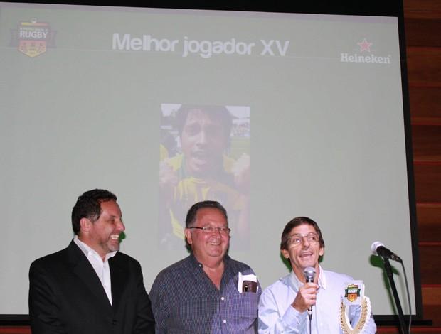 Geraldo Duque, pai de Moisés, recebe o prêmio do Troféu Brasil (Foto: Arquivo pessoal)