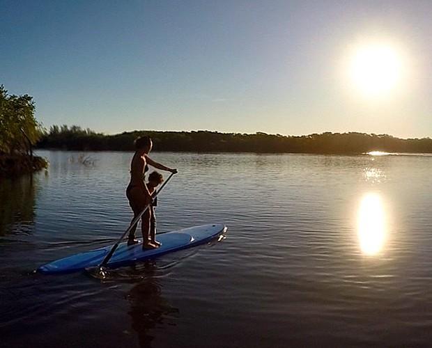 Stand up paddle é uma das atividades preferidas de Dani Suzuki com o filho (Foto: Arquivo Pessoal)