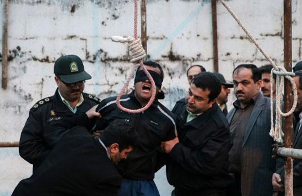 Agência de notícias do Irã acompanhou a execução de um jovem condenado por esfaquear um adolescente há sete anos (Foto: Arash Khamooshi/Isna)