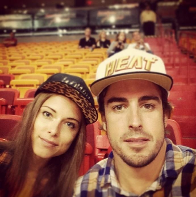 Fernando Alonso com a namorada em jogo da NBA (Foto: Divulgação/Twitter)
