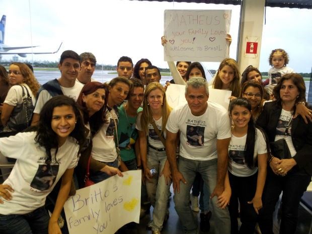 Familiares esperaram o menino com cartazes e camisas personalizadas (Foto: Leandro Nossa / G1 ES)