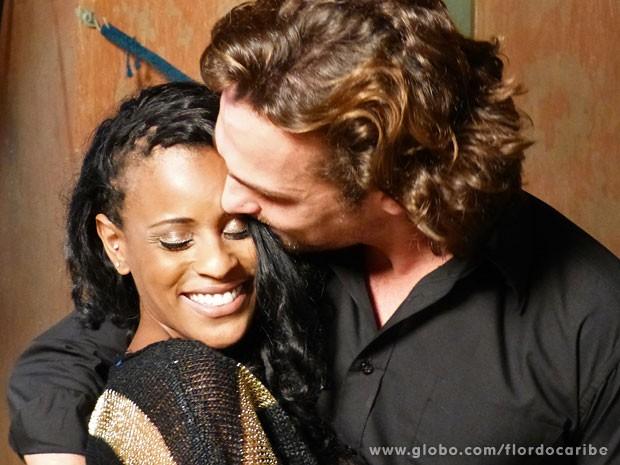 Apaixonado, Igor Rickli beija a esposa Aline Wirley (Foto: Flor do Caribe / TV Globo)