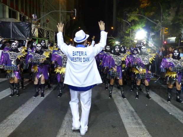 Mestre Dan comandou bateria de esqueletos da Mocidade Azul (Foto: Fernando Castro/ G1)