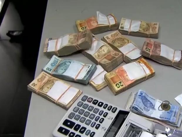 Dinheiro encontrado na sede da Gaviões da Fiel, em São Paulo (Foto: Reprodução/TV Globo)