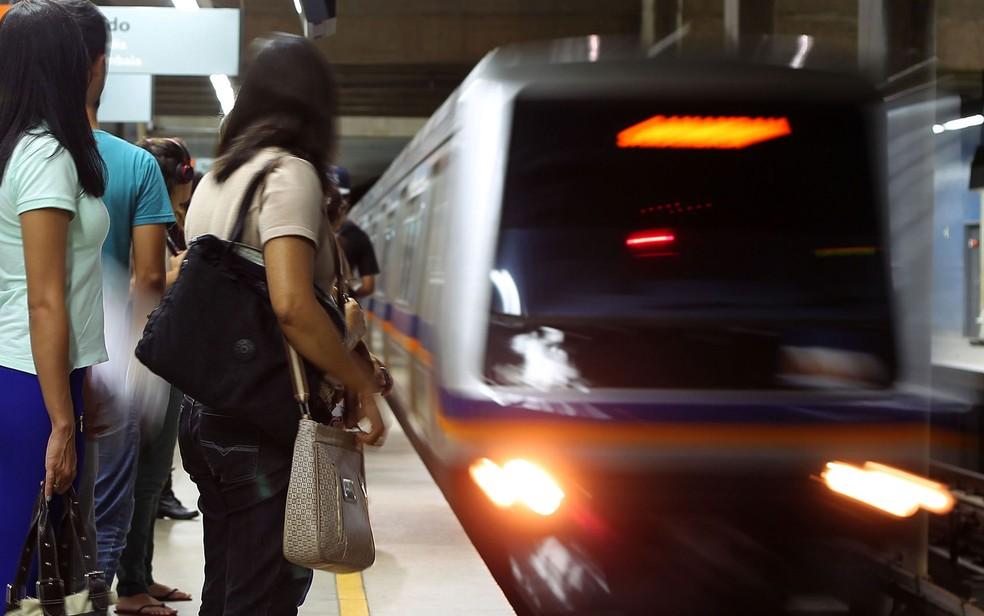 Passageiros aguardam metrô em estação do Distrito Federal (Foto: Andre Borges/Agência Brasília)