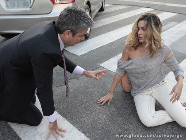 Haroldo socorre Érica após atropelamento (Foto: Salve Jorge/TV)