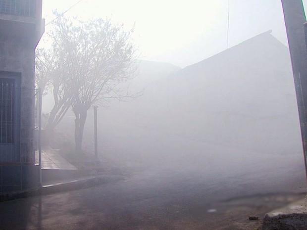 Lambari (MG) ficou tomada pela fumaça após incêndio atingiu o lixão da cidade (Foto: Reprodução EPTV)