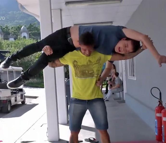 Lucas Lucco pega Rafael Cortez no ombro (Foto: Vídeo Show / TV Globo)