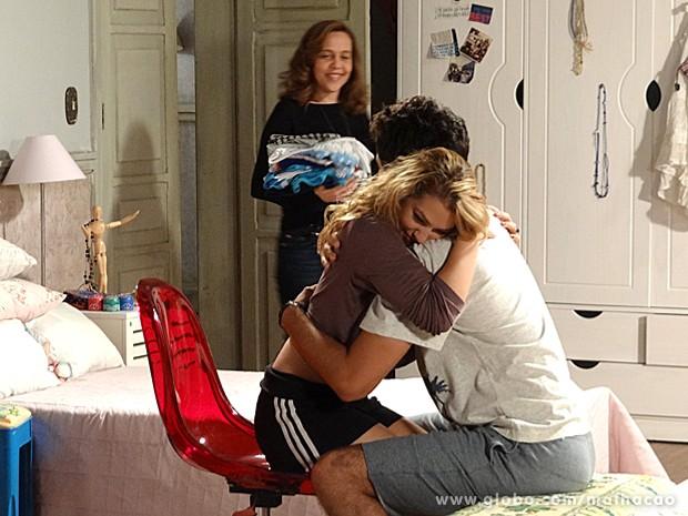Vera fica feliz ao ver Meg e Ben abraçados (Foto: Malhação/ TV Globo)