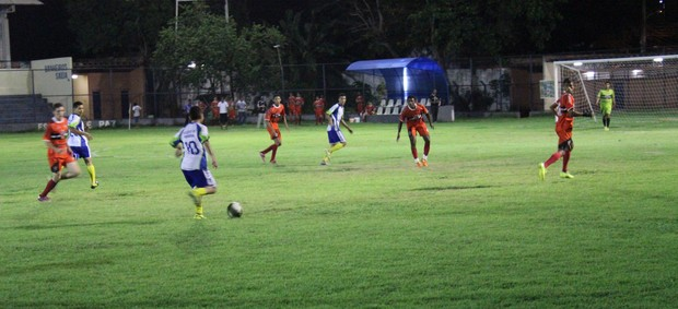 Diego, do Promorar, carregando a bola no meio, como um legítimo camisa 10 (Foto: Wenner Tito/Globoesporte.com)