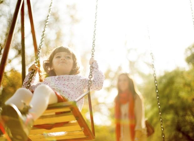 playground_balanca_parquinho_menina_crianaa_mae_brincar (Foto: thinkstock)