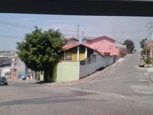 Rua onde o guarda-municipal foi morto em Itaquaquecetuba ao ser confundido com ladrão (Foto: Reprodução/TV Diário)