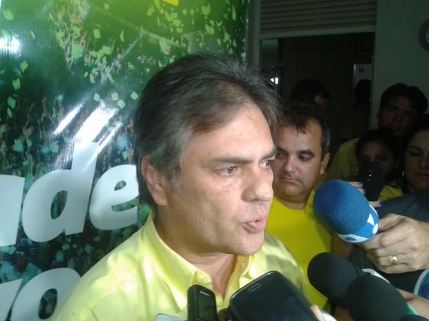 Cássio Cunha Lima (PSDB) comemora resultado que o coloca no segundo turno das Eleições na Paraíba (Foto: Taiguara Rangel / G1)