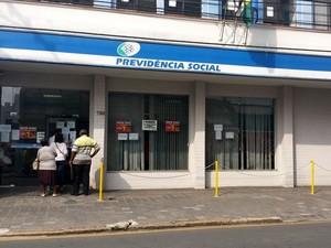 Greve do INSS continua em Piracicaba (Foto: Thainara Cabral/G1)