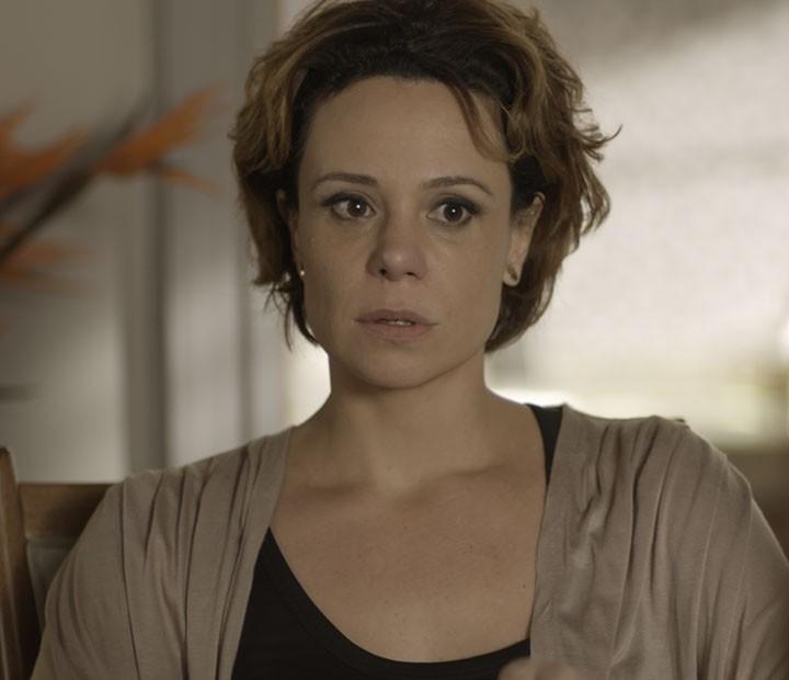 A mãe de Lívia também se surpreende com o que ouve (Foto: TV Globo)
