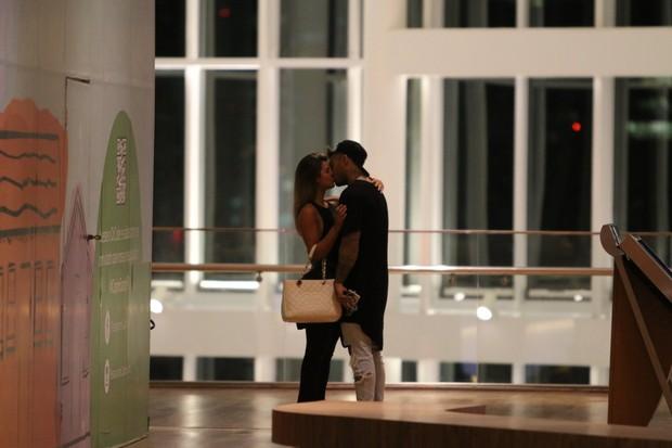 Lucas Lucco beija loira (Foto: Fabio Moreno/AgNews)