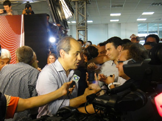 No TRE, Gustavo Fruet concede entrevista após ser confirmado eleito (Foto: Bibiana Dionísio/G1)