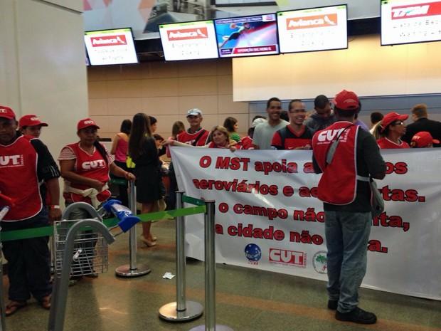 Aeroviários e manifestantes da CUT ocupam saguão do Aeroporto Internacional de Brasília em protesto por reajuste salarial (Foto: Natalia Godoy/G1)