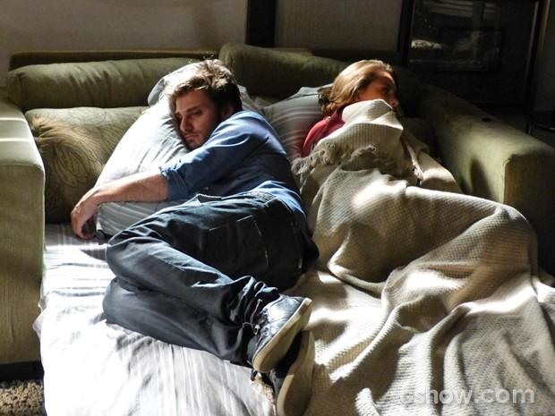 Martin e Micaela dormem juntos após fiasco da noite  (Foto: Malhação / TV Globo)