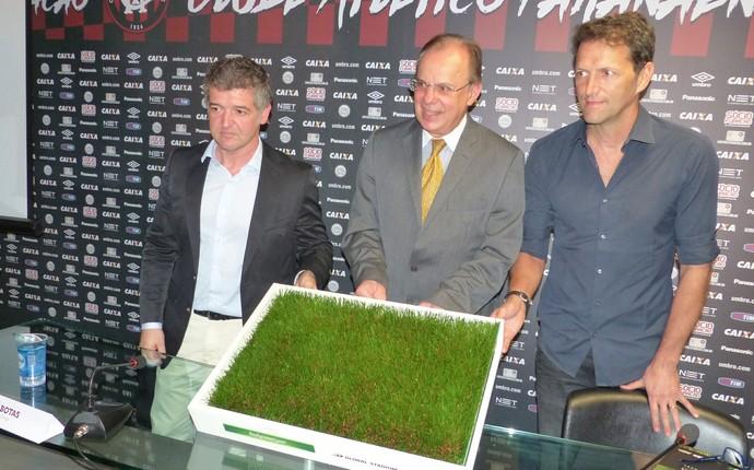 Luiz Sallim diretoria Atlético-PR grama (Foto: Thiago Ribeiro)
