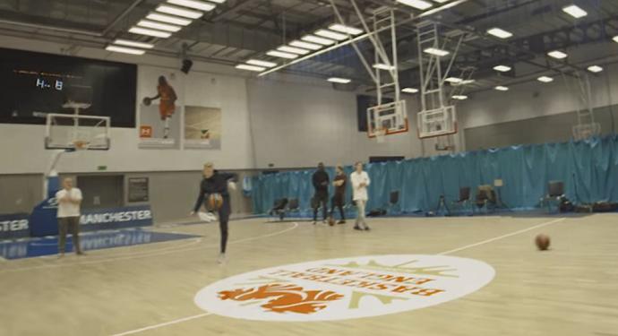 BLOG: Montagem? Fã de basquete, De Bruyne faz cesta do meio da quadra... com o pé!