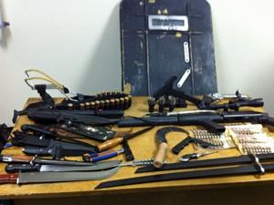 Armas encontradas na casa onde Fernando Gouveia estava (Foto: Marcelo Mora/G1)