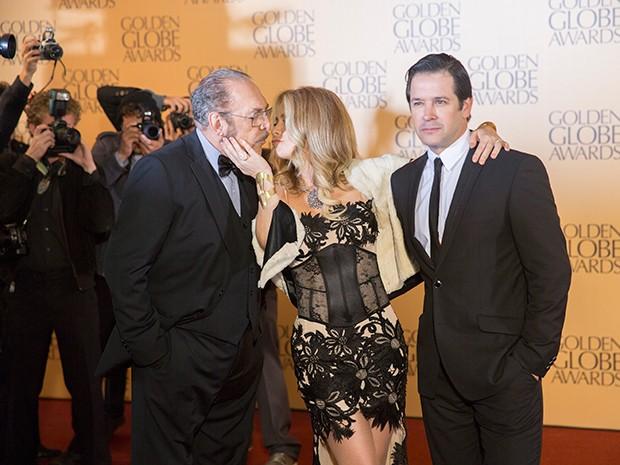 A atriz Pamela Parker-Marra beija o pai Jack Parker enquanto abraça o marido Jonas Marra (Foto: Fato na Rede)