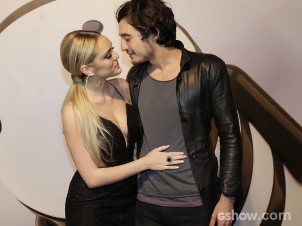 Isabelle e Tiago em clima de paixão (Foto: Fábio Rocha / TV Globo)