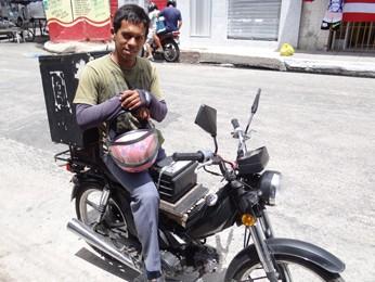 Ataíde trocou a bicicleta pela cinquentinha e agora pensa em como tirar a carteira. (Foto: Katherine Coutinho/G1)