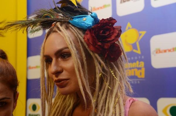 Mendigata usa look ousado para curtir o Carnaval de Salvador