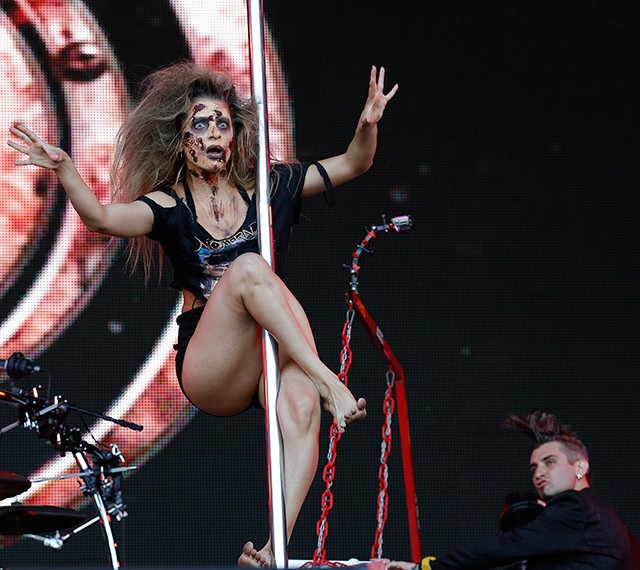 Teve pole dance de zumbi durante o show do Noturnall (Foto: Fábio Rocha/Gshow)