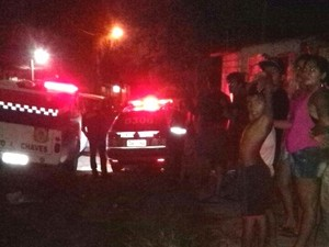 Polícia chega o local do crime e recolhe corpo (Foto: Reginaldo Balieiro/TV Tapajós)