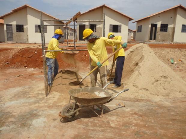 Foto encaminhada pela construtora mostra que funcionários possuem os equipamentos necessários e obra foi desembargada em Goiás (Foto: Divulgação/J. Soares Construtora e Incorporadora)
